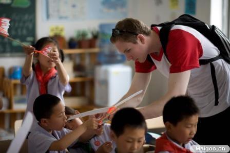 """""""六?一""""童眼看世界:東亞中國19家分行愛心進校園"""